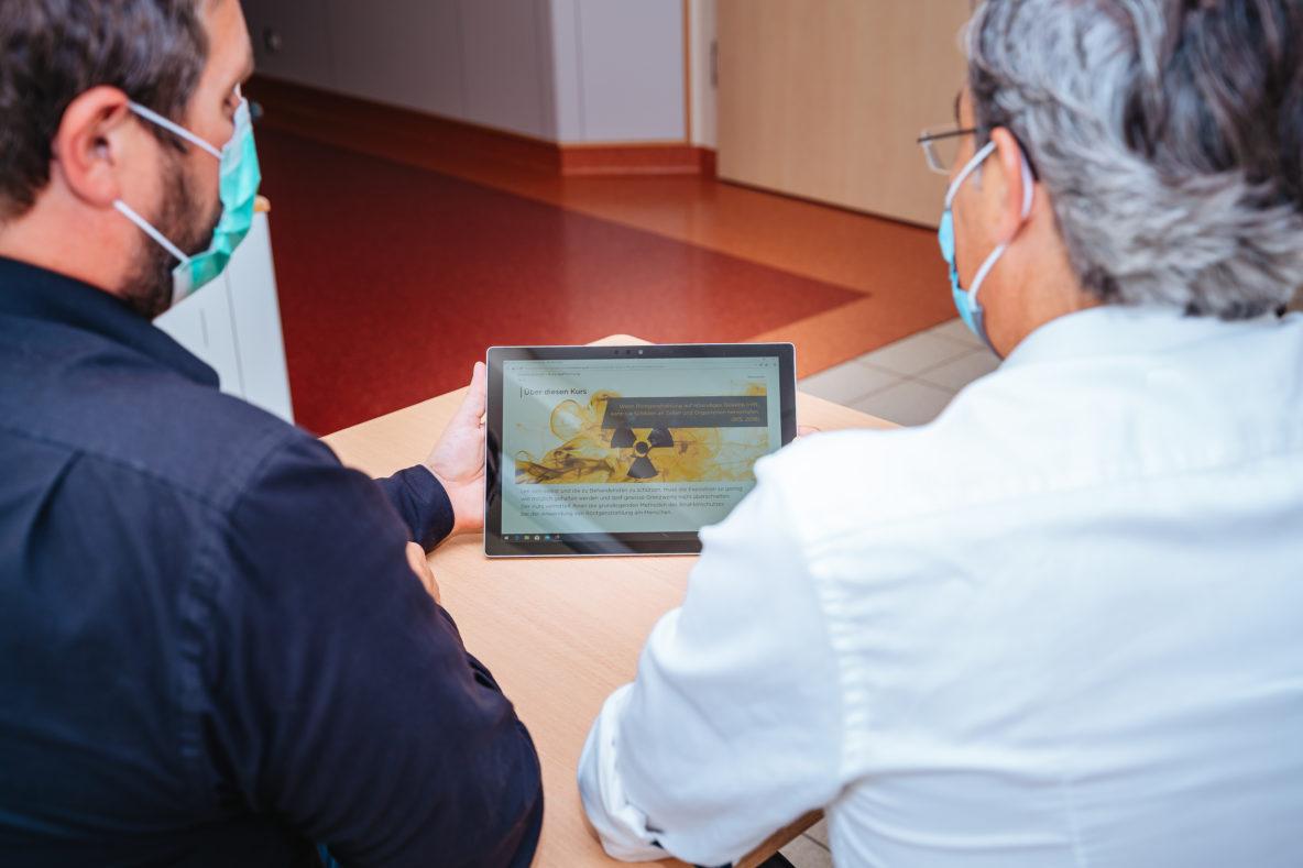 Matthis Funke und Sassan Pur testen dase-learning Modul Strahlenschutz am Tablet